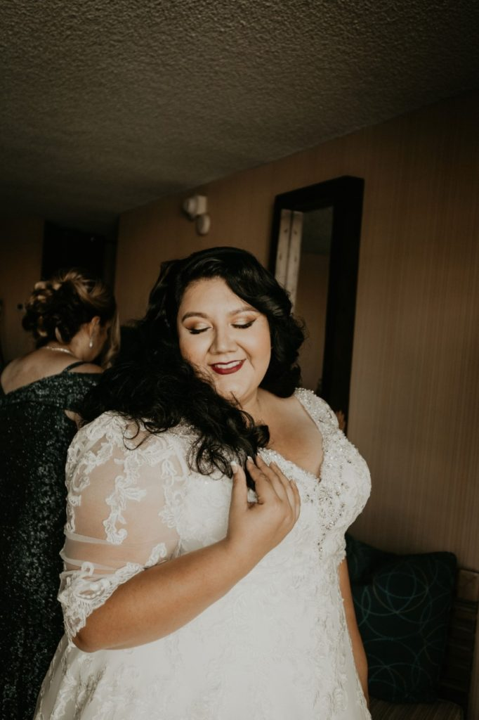 curvy-bride-getting-ready